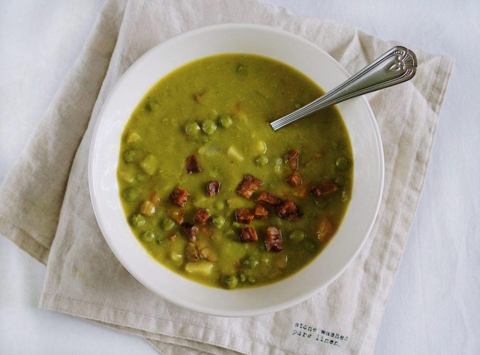 Výborná polievka z hrášku a letnej zeleniny s tempehom