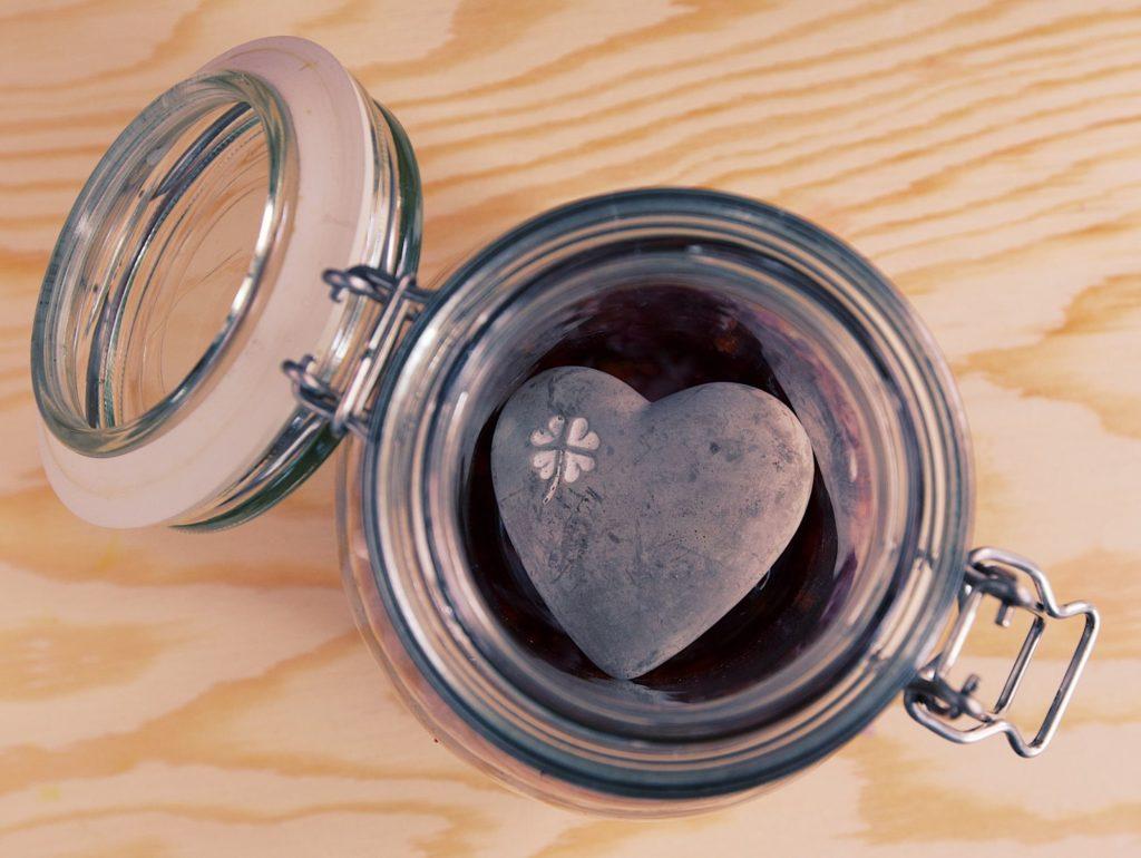 Pohár naplnený vodou alebo kameňom