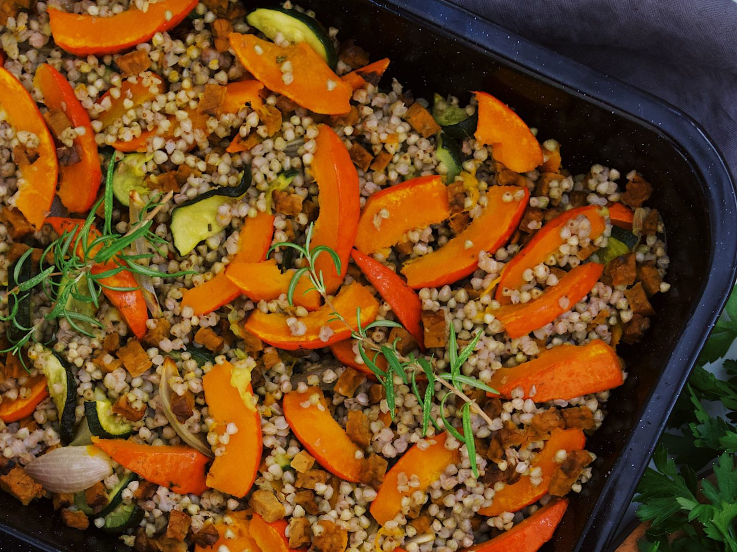 Ideálne jedlo na studené dni z pečenej zeleniny a pohánky