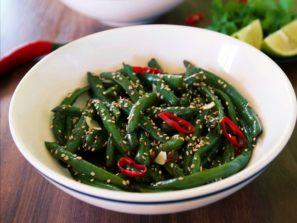 Zelené fazuľky restované s cesnako, zázvorom a chilli papričkou