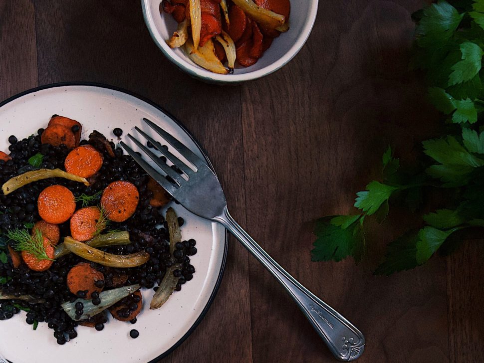 Teplý šalát z belugy, pečenej mrkvy a feniklu