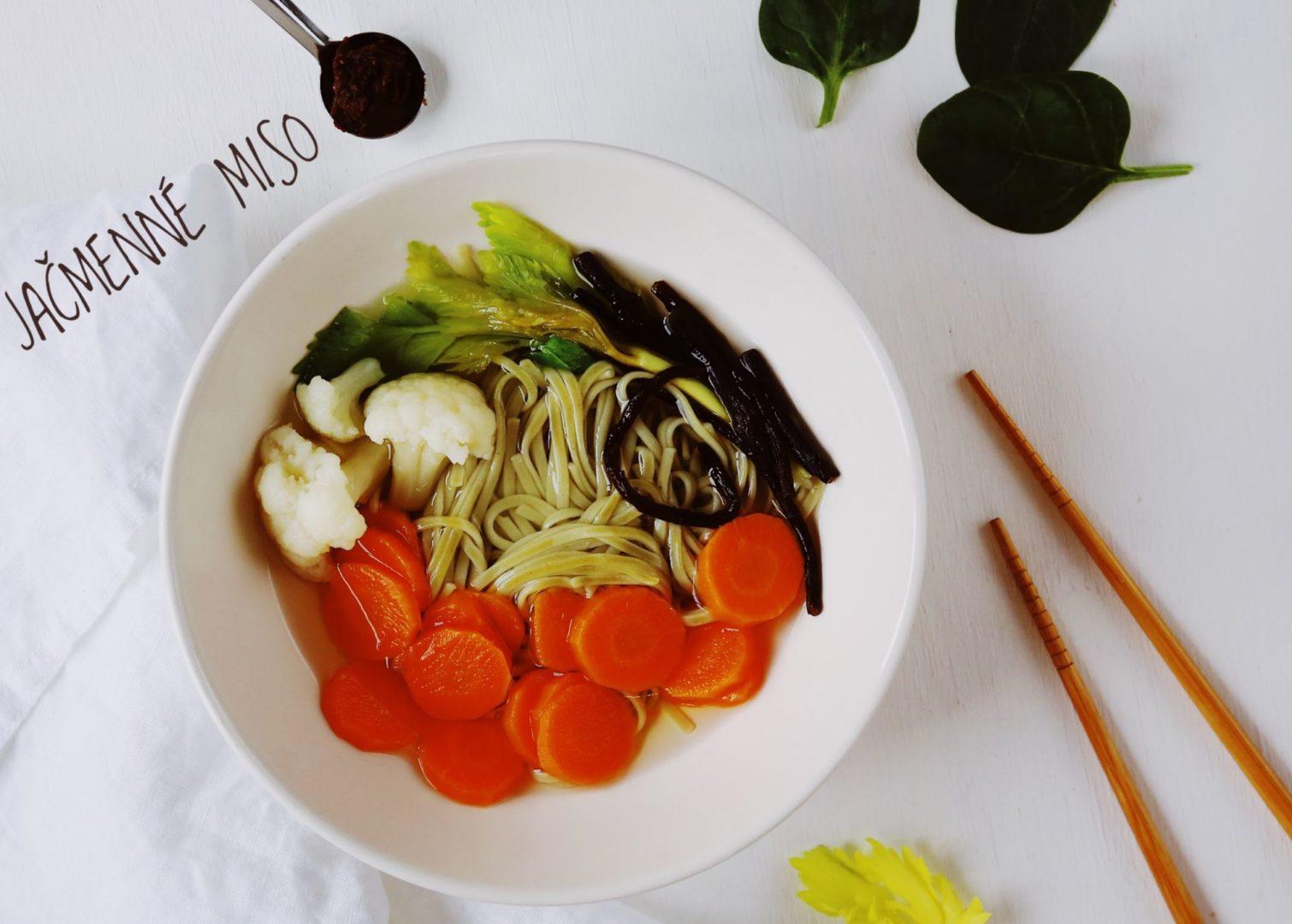 Zeleninová polievka sjačmenným misom