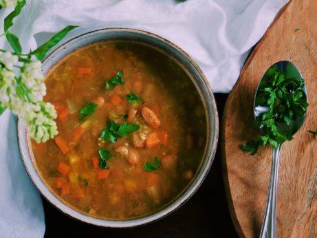 Hustá fazuľová polievka s krúpkami a zeleninou